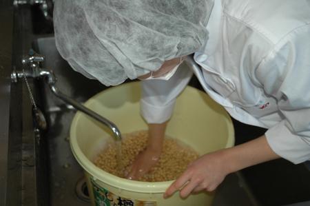 14大豆を洗う.JPG
